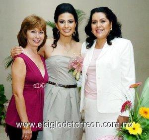 27082007 Ariadna acompañada de su futura suegra, Silvia Pedroza Mojica y su mamá, Evangelina Castillo Hernández, organizadoras de su festejo pre nupcial.