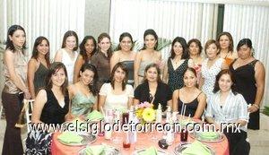 27082007 Ariadna Castillo, en compañía de algunas de las asistentes a su despedida de soltera.