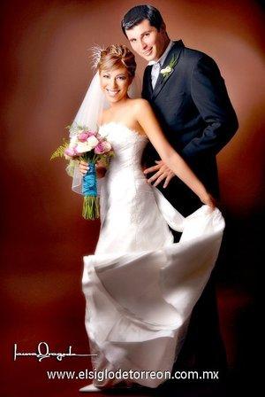 Sr. Rodolfo de León Guerrero y Srita. Areli López Rodríguez unieron su vida en matrimonio en la capilla de San Agustín, el sábado siete de julio de 2007. <p> <i>Estudio Laura Grageda.</i>