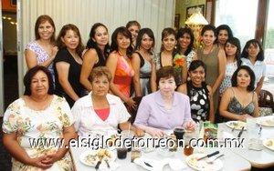 19082007 Maribel Villanueva Salas estuvo acompañada de amigas y familiares, en la despedida que le ofreció Virginia Salas de Villanueva.