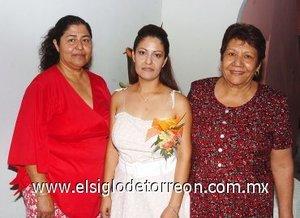 21082007 Gisela del Carmen Reyes Zavala, acompañada de las anfitrionas de su despedida de soltera.