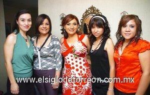 21082007 Karla Núñez disfrutó de un convivio pre nupcial, al que asistieron sus amigas Cristy García, Malena González, Mony González y Nancy Morán.