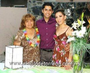 21082007 Mariana Molina González y Jorge Hernández Carrillo junto a Marisela Carrillo de Hernández, en su despedida.