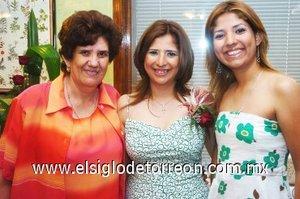 23082007 Claudia García Reynoso junto a su mamá, Aurora Reynoso de García y su hermana, Piedad del Rosario García Reynoso, anfitrionas de su fiesta de despedida.