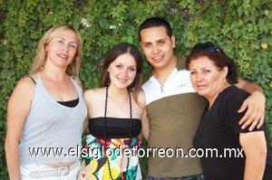 23082007 Ileana Rivera Ortega y Gerardo Flores, acompañados de las anfitrionas de su despedida de solteros.