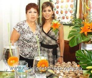 23082007 Maribel Villanueva Salas junto a su mamá, Virginia Salas de Villanueva, anfitriona de su fiesta pre nupcial.