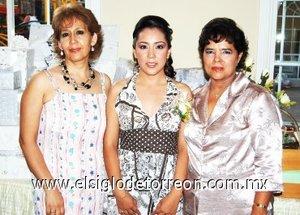 24082007 Érika acompañada de su mamá, María Luz Imelda Rivera de Rodríguez y su futura suegra, Rosario Núñez Reynoso.