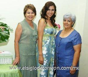 25082007 Ana Cecilia Zavala Villalobos junto a María Eugenia Villalobos de Zavala y Lupita Morua de Espinoza, anfitrionas de su fiesta pre nupcial.