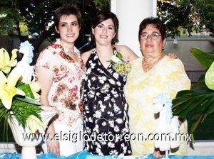 26082007 Alejandra Flores de Godoy acompañada de las anfitrionas de su reunión pre nupcial, Luz María Chávez de Flores y Marcela Godoy.