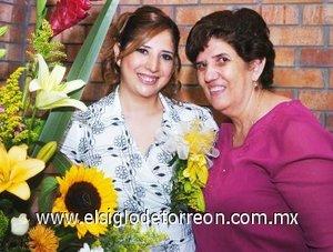 26082007 Claudia Aurora García Reynoso junto a su mamá, Aurora Reynoso de García, quien le organizó una despedida por su próxima boda.