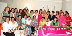 26082007 Graciela Cháirez Villalobos estuvo acompañada por amigas y familiares, en la fiesta de despedida que le ofrecieron por su próximo enlace con Gabriel Flores.