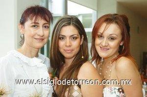 26082007 Olimpia Yuridia Berumen García junto a Violeta Silva Sánchez Álvarez y Ana Ixchel Correa Silva, anfitrionas de su despedida.