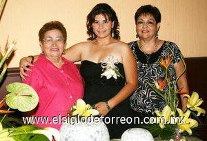 26082007 Adriana Sifuentes Esparza junto a María Elena Esparza y Guadalupe de Aguilera, anfitrionas de su fiesta de despedida.