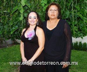 26082007 La festejada acompañada de su futura suegra, Amada Hernández de Gámez.
