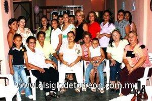 31082007 Adriana Vázquez Soto, acompañada de familiares y amigas en su despedida.