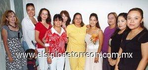 31082007 Gisela Reyes, acompañada de un grupo de amigas en una de sus despedidas.
