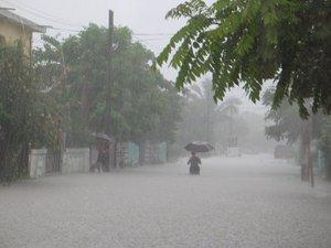 En Michoacán un río fracturó un tramo de la autopista Siglo XXI cerca de Lázaro Cárdenas,  60 casas de El Habillal y 10 de Acalpican se inundaron; hay 200 damnificados.