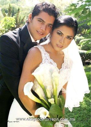 Ing. Jorge Montañez Villarreal y Arq. Mónica Lizeth Cervantes Maldonado unieron sus vidas en sagrado matrimonio en la parroquia de Nuestra Señora de San Juan, el sábado cuatro de agosto de 2007. <p> <i>Estudio Morán.</i>