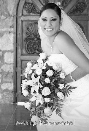 C.P. Amalia Concepción Rebolloso Morales, el día de su boda con el C.P.T. Gerardo Antonio López Aparicio. <p> <i>Estudio Luciano Laris.</i>