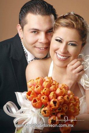 L.C.I. Ricardo Daniel Lizama Soberanis y la Dra. Regina Molina Venegas contrajeron matrimonio con el  en la parroquia Los Ángeles, el viernes diez de agosto de 2007. <p> <i>Estudio Laura Grageda.</i>