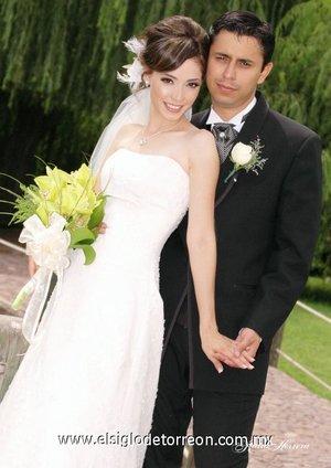 Ing. Luis Mario Caro Sifuentes y L.E.P. Blanca Natalia Acosta Peña contrajeron matrimonio en la parroquia de San Isidro Labrador el sábado 21 de julio de 2007.  <p> <i>Estudio Katia Herrera.</i>