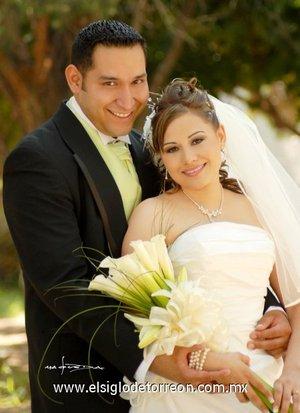 Ing. Omri Ruiz Rosales y Lic. Maky Limones Olmeda unieron su vida en sagrado matrimonio en el templo de San Pablo, el viernes diez de agosto de 2007.  <p> <i>Estudio Carlos Maqueda.</i>
