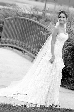 Srita. Andrea Valencia Correa, el día de su boda con el Sr. Emilio Solana Cagigas. <p> <i>Estudio Carlos Maqueda.</i>