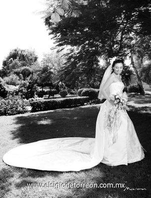 Srita. Carolina Teresa Velázquez Pacheco el día de su boda con el Sr. Hugo Iván Herrera Morales. <p> <i>Estudio Morán.</i>