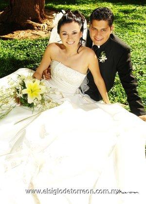 Sr. Hugo Iván Herrera Morales y Srita. Carolina Teresa Velázquez Pacheco unieron su vida en sagrado matrimonio en la parroquia de La Sagrada Familia, el sábado 23 de junio de 2007.  <p> <i>Estudio Morán</i>