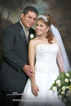 Sr. Luis Gerardo Molina Reyes y Srita. Isabel Rodríguez Salaises contrajeron matrimonio en el Santuario del Cristo de las Noas, el sábado 28 de julio de 2007.  <p> <i>Studio Sosa.</i>