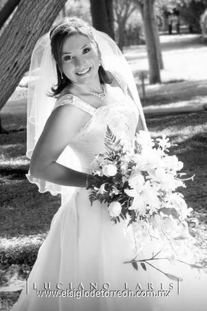 Srita. Karla Ivette Núñez Espinoza unió su vida en sagrado matrimonio a la del Sr. Héctor M. García Olvera. <p> <i>Estudio Luciano Laris.</i>
