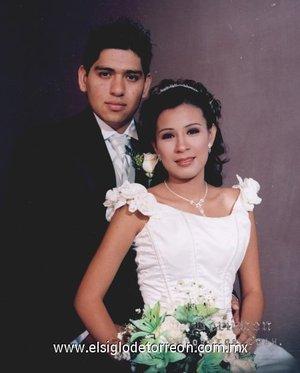 Sr. Édgar Saucedo Morales y Srita. Margarita de Jesús Moya Ramos unieron su vida en matrimonio el sábado 28 de julio de 2007. <p> <i>Estudio Berumen</i>