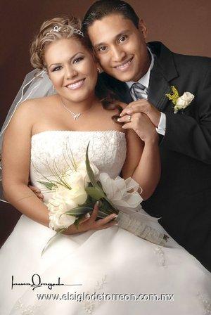 Sr. Abdón Elier García Silva y Srita. Maribel Borja Cerda contrajeron matrimonio con el , en la parroquia de La Inmaculada Concepción, el sábado 28 de julio de 2007. <p> <i>Estudio Laura Grageda.</i>
