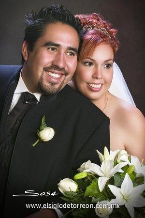Sr. Ricardo Reyes Cervantes y Srita. María del Rocío Saldaña Arámbula contrajeron matrimonio en la parroquia del Inmaculado Corazón de María, el sábado cuatro de agosto de 2007.  <p> <i>Studio Sosa.</i>