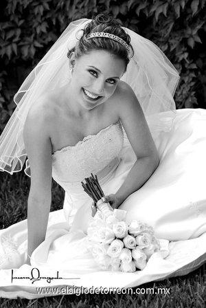 Srita. Zoyla Angélica Valdés Castillo el día de su boda con el Sr. José Miguel Batarse Silva. <p> <i>Estudio Laura Grageda.</i>