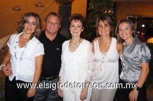 02092007 Óscar y Eloísa Artigas acompañados de sus hijas Eloísa, Nora y Brenda.