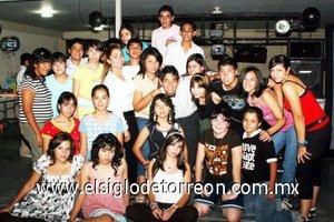 09092007 Amin Dipp García, con sus amigos en su fiesta de quince años.