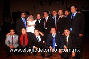 09092007 Los novios junto a algunos de los invitados a su boda.