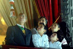 El mandatario mexicano apareció en el balcón central de Palacio Nacional acompañado sólo por su esposa Margarita Zavala, y luego se sumaron sus tres hijos, María, Luis Felipe y Juan Pablo, para presenciar los juegos pirotécnicos.