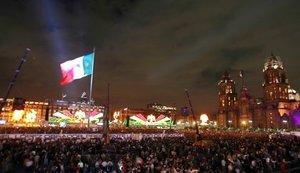El presidente Calderón encabezó la ceremonia del grito de Independencia justo a las 23:00 horas, y desde el balcón central de Palacio Nacional.