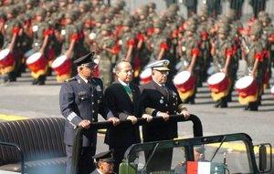 Miles de mexicanos se congregaron en las calles aledañas al Zócalo y en el Paseo de la Reforma para ver pasar a los 18 mil 267 elementos que en total participaron en la parada militar, de una hora y 39 minutos de duración, según el parte oficial.