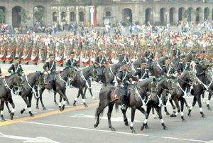 Una a una desfilaron las tropas, compañías, cuerpos, unidades, hombres y mujeres, vehículos, armamento y hasta caballos y canes frente al Palacio Nacional, en cuyo balcón central estuvo el presidente Felipe Calderón.