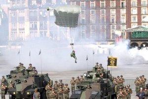 Durante la parada militar el evento más espectacular fue el descenso de 12 paracaidistas de combate y a rapel desde un enorme helicóptero UHZ.