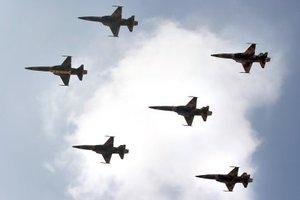 En el Desfile Militar conmemorativo del 197 Aniversario de la Independencia de México, 68 aparatos de la Fuerza Aérea Mexicana y 12 de la Armada de México sobrevolaron una y otra vez, por más de 90 minutos