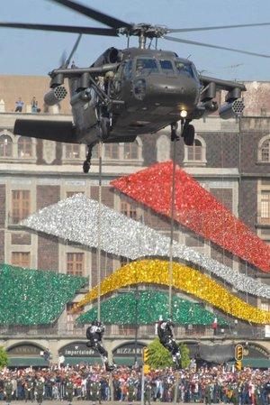 Desde el balcón central de Palacio Nacional, el comandante supremo de las Fuerzas Armadas atestiguó el comienzo del desfile acompañado por los secretarios de la Defensa Nacional, Guillermo Galván y de Marina-Armada de México, Mariano Francisco Saynez Mendoza, además de la esposa del mandatario, Margarita Zavala.