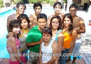16092007 Alejandro y Wendy Catarino festejaron sus cumpleaños, al lado de sus amigos Angie, Miguel, Mario, Jonathan, Andrea, Lizzie, Alan y Lulú.
