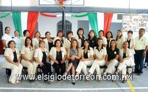 16092007 Grupo de maestras organizadoras de los festejos por los 100 años de la Escuela Primaria Benito Juárez.