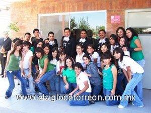 16092007 Los alumnos de preparatoria conmemoraron anticipadamente el aniversario de la Independencia de México, como muestra de su alegría cantaron con el mariachi.