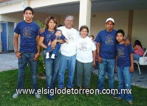 16092007 Los festejados acompañados por la familia Rodríguez Coronado, la cual se compone por Julio Jr., Angélica, Danna Sofía, Julio y Eduardo.