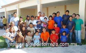 16092007 Los señores José Héctor y María del Socorro junto a sus 27 nietos y su bisnieta.